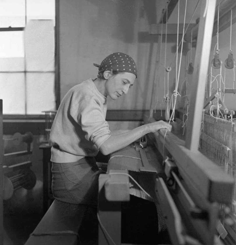 anni-albers-in-her-weaving-studio-at-black-mountain-college_-1937_psd